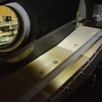 Modelo de laboratório do motor scramjet instalado na seção de teste do túnel de vento hipersônico do IEAv (condição operacional testada: Número de Mach 7 na estratosfera terrestre).