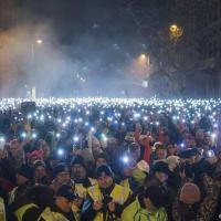 Pelo quarto dia em uma semana, milahres de húngaros tomam as ruas da capital Budepeste e exigem a renúncia de Orbán