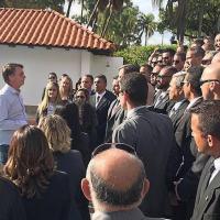 O presidente eleito Jair Bolsonaro conversando com um grupo de seguranças na Granja do Torto, residência oficial da Presidência em Brasília Foto: Instagram / Jair Bolsonaro