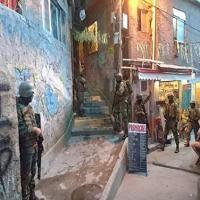 Militares da Força de Fuzileiros da Esquadra patrulham a comunidade Chapéu Mangueira, no Leme