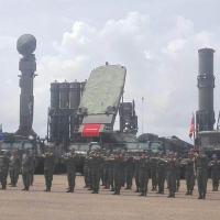 Em primeiro plano o Sistema S-300VM e sistemas de radares. ao fundo o sistema BukM2E