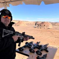 O autor testando a PCC Quarter Circle 10 calibre 9x19mm que utiliza carregadores de pistola Glock Foto - Alexandre Beraldi