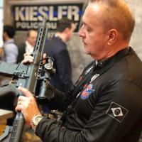 O autor Alexandre Beraldi manuseia a versão modernizada do fuzil adotado pela Inglaterra, já com o sistema M-LOK num upper MLC.