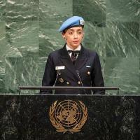 Histórico momento quando a capitão-de-corveta Márcia Andrade Braga fala no icônico palco da ONU. Grande dias para os militares e a mulher brasileira. Foto UN News