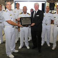 """Comandante da Força Aeronaval, Comandante do HS-1 e tripulação do """"Guerreiro 34""""  recebem a placa comemorativa"""