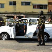 Militares atiraram contra veículo nas imediações do Piscinão de Deodoro, em Guadalupe, no Rio Janeiro Foto: Fabio Teixeira/AP