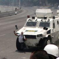 Guardia Nacional Bolivariana (GNB), atropela manifestantes com seus veículos blindados VN-4
