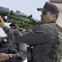 Ministro da Defesa da Venezuela General Padrino Lopes opera um Míssil MANPADS IGLA