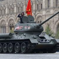 O icônico T-34/85 abriu o desfile da partemecanizada. Foto - Mil.RU