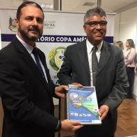 O Secretário de Operações Integradas, Rosalvo Franco, do Ministério da Justiça, com o Plano Estratégico de Segurança da Copa América 2019. Foto MJ