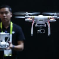 Funcionário da DJI faz demonstração com drone em Las Vegas, em 7 de janeiro de 2016