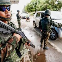 EM ALERTA - Militares brasileiros fiscalizam a chegada de veículos e pessoas no posto de fronteira de Pacaraima  Foto - Cristiano Mariz/VEJA