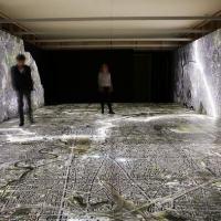 Visitantes podem caminhar sobre mapa de Berlim e explorar, com um tablet, locais usados pela Stasi em suas operações