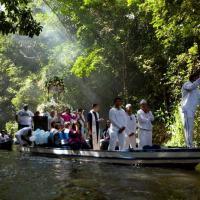 eregrinos acompanham imagem de Nossa Senhora da Conceição durante procissão anual no rio Caraparu, em Santa Izabel do Pará 09/12/2012 REUTERS/Paulo Santos