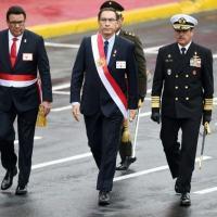 Ministro peruano da Defesa, José Huerta (E), caminha com presidente Martín Vizcarra, durante aniversário da independência, no dia 29 de julho de 2018, em Lima.
