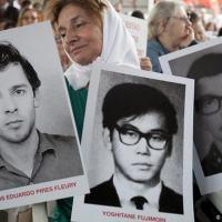 São Paulo, março de 2014: manifestante carrega fotografias de pessoas desaparecidas durante a ditadura