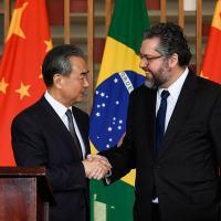 Embaixador Ernesto Araújo e o Conselheiro de Estado e Ministro das Relações Exteriores da China, Wang Yi. Foto Itamaraty