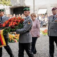 Chanceler Alemã Angela Merkel deposita flores em homenagem ao participantes do atentando de 20 julho 1944