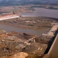 Imagem de 1986 mostra a usina de Itaipu, dois anos depois de ser inaugurada, e as obras do lado brasileiro da fronteira Foto: Arquivo/Estadão