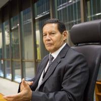 Para Mourão, doutrinação que começou com Chávez e pressão sobre famílias impedem militares venezuelanos de se rebelarem contra Maduro Foto: MARCOS CORREA/Presidência/