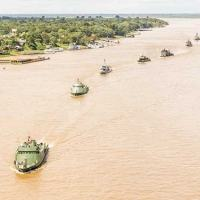 Navios do Brasil, Colômbia e Peru, durante Desfile Naval no rio Amazonas, em Letícia (COL)