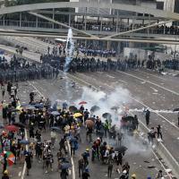 Aeroporto de Hong Kong interrompe atividades após novos protestos contra governo
