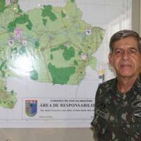 General Heleno e ao fundo o mapa com a área de atuação do Comando Militar da Amazônia. Em 2013 os estrados do Amapá e Pará foram desmembrados do CMA com a criação do Comando Militar do Norte.