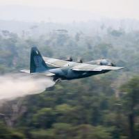 A Força Aérea Brasileira (FAB) emprega, desde ontem (24), duas aeronaves C-130 Hércules no combate aos focos de incêndio na Amazônia, partindo de Porto Velho (RO). - Divulgação/FAB