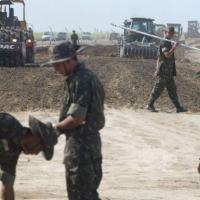 Exército em obra de duplicação da BR 101 próximo à Goiana, em Pernambuco, no dia 16 de janeiro de 2006 Hans Von Manteuffel / Agência O Globo
