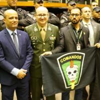 Major Vitor Hugo homenageia Comando de Operações Especiais Do Exército em sessão na Câmara
