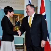 O Secretário de Estado Myke Pompeo cumprimenta Ine Marie Eriksen Soreide, ministra das Relações Exteriores da Noruega, em 19 de dezembro de 2018, no Departamento de Estado de Washington.