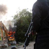 - Agente da PF olha para máquinas destruídas durante operação conduzida em conjunto com o Ibama em uma mina de ouro ilegal perto de Altamira, no Pará Imagem: Nacho Doce/Reuters