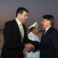 Marcos Degaut da Secretaria de Produtos de Defesa recebe o presidente Jair Bolsonaro na chegada a Abu Dhabi, 26 OUT 2019. Foto PR