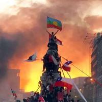 Prla Italia, centro de Santiago, 25 Outubro 2019. No topo a bandeira Mapuche