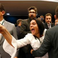 Agentes Legislativos retiram a força do plenario Kelma Costa, esposa de militar revoltada com a votacao de um destaque Foto: Dida Sampaio/Estadão