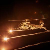 Helicóptero H-36 Caracal com o uso de flares. Observar a lança de reabastecimento aéreo.