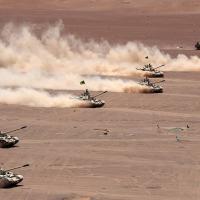 Carros de combate T55 manobram no terreno.