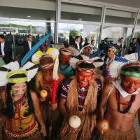 Comunidades indígenas realizam performance em frente ao STF em Brasiília DF.