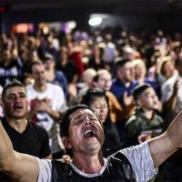 Fiéis argentinos durante culto em Buenos Aires Foto: RONALDO SCHEMIDT / Agência O Globo