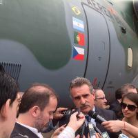 Agustin Rossi, em outubro de 2014, em Gavião Peixoto no Roll-out do KC-390. Curioso que Rossi omite qualquer menção ao projeto onde a FAdeA tem participação. Foto DefesaNet