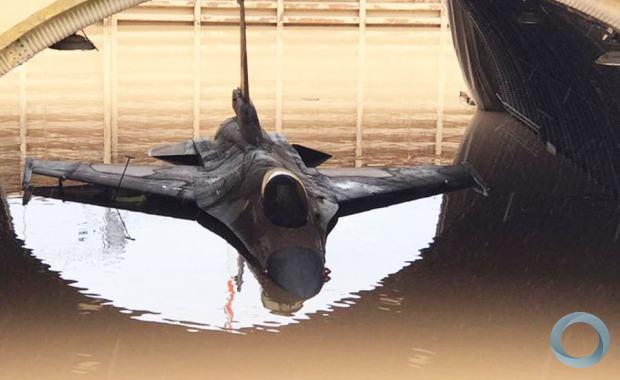 Um avião de caça F-16 fica em um hangar inundado na base da força aérea de Hatzor, no sul de Israel, em janeiro de 2020.