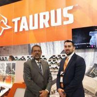 CEO Global da Taurus, Salesio Nuhs, e o novo CEO da Taurus USA, Bret Vorhees, na Shot Show