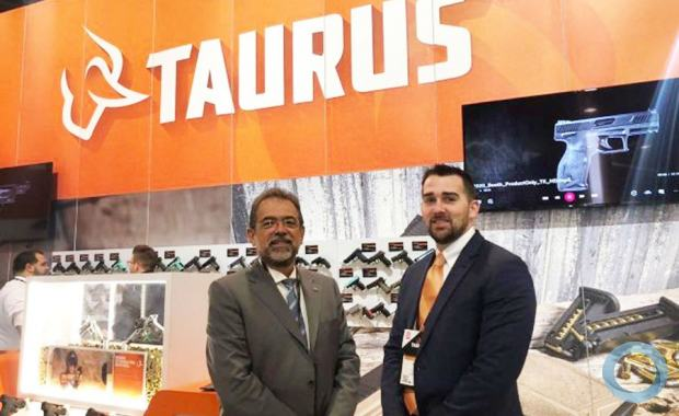 CEO Global da Taurus, Salesio Nuhs, e o novo CEO da Taurus USA, Bret Vorhees, na Shot Show