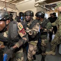Marinheiros da U.S. Navy e do Senegal, realiam treinamento de busca e captura durante o exercício Obangame/Saharan Express 2016 (OESE16),, em Dakar, Senegal, 15 Março 2016