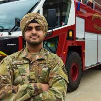 Jaspreet Singh, o primeiro membro da U.S.Air Force, Base McGuire-Dix-Lakehurst, New Jersey a vestir o turbante  Sikh aprovado pela US Air Force