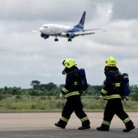 Agentes de saúde e bombeiros aguardam chegada de passageiros infectados por coronavírus en Santa Cruz, Bolívia 06/02/2020 REUTERS/Rodrigo Urzagasti