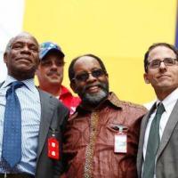 Fotografia de Mark Weisbrot (à direita), diretor do Washington CEPR, durante um ato de Nicolás Maduro no 06MAR14 em Caracas.  CAPTURA DA TELA / TWITTER / @DrodriguezVen