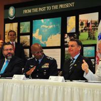 Mesa da assinatura do RDT&E com o Chanceler Araujo, Chefe do Estado-Maior Conjunto das Forças Armadas Brig Raul Botelho , Presidente Bolsonaro e Almirante Faller (SOUTHCOM)