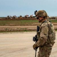 Um soldado dos EUA, parte da intervenção militar internacional contra o grupo Estado Islâmico, está em uma base militar em Rumaylan (Rmeilan), na província de Hasakeh, no nordeste da Síria