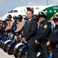 A tradicional foto que o presidente Jair Bolsonaro tira com os que fazem serviço de escolta em suas viagens levou 21 policiais de Miami para quarentena
